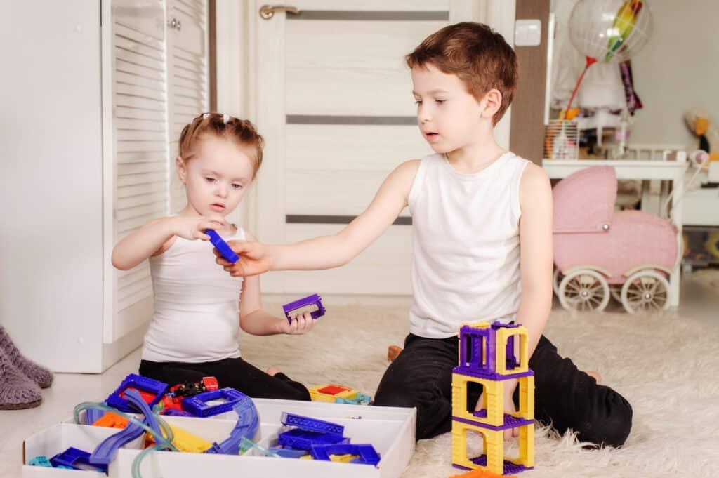 Børn leger på børneværelse